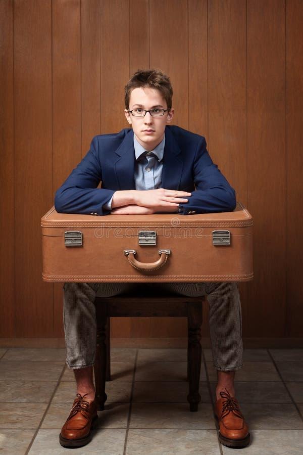 Homme sérieux avec la valise image libre de droits