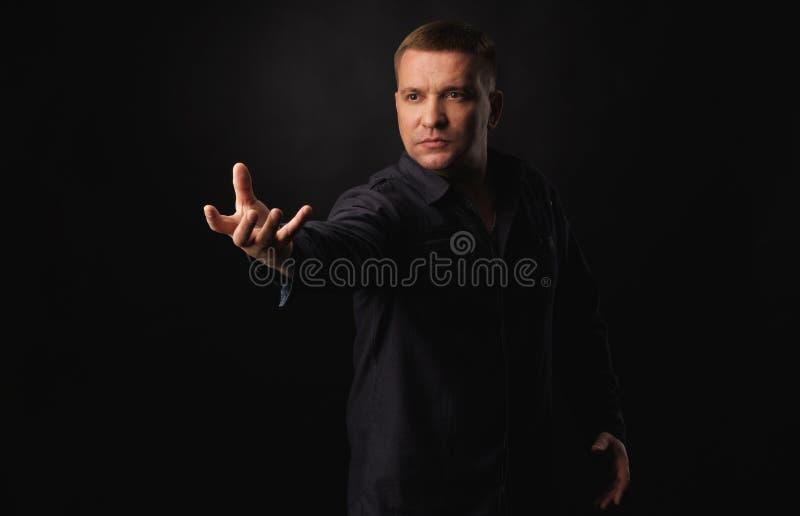 Homme sérieux avec le bras augmenté photos libres de droits