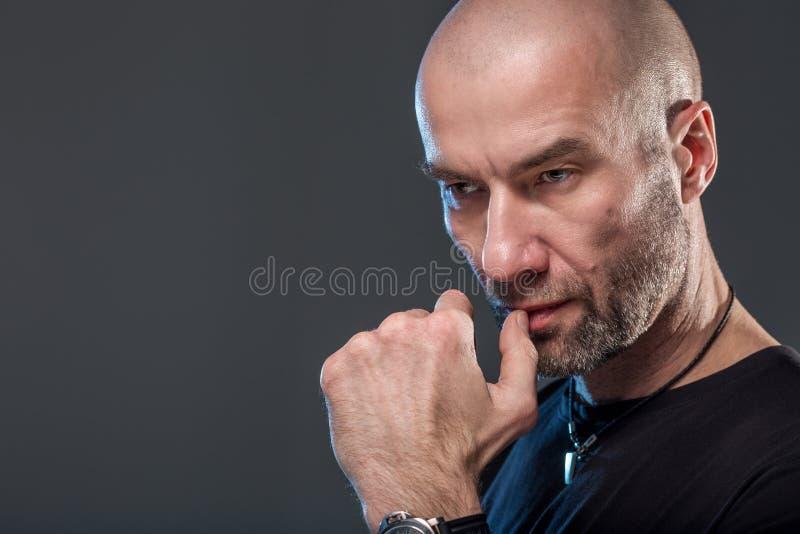 Homme sérieux chauve et brutal image stock