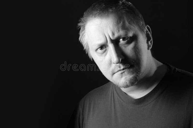 Homme sérieux regardant l'appareil-photo photos libres de droits