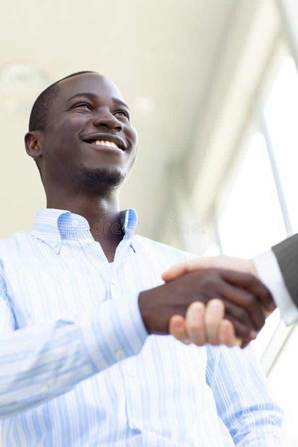 Homme sûr des affaires deux se serrant la main au cours d'une réunion dans le bureau, le succès, le traitement, la salutation et  image stock