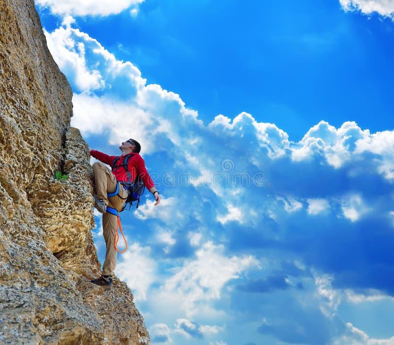Homme s'élevant sur la roche photographie stock libre de droits