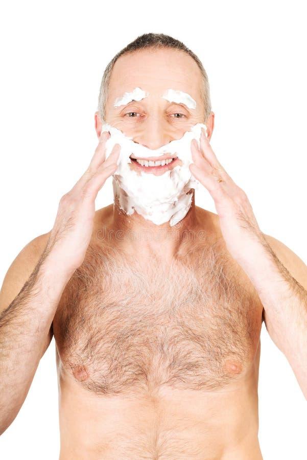 Homme s'appliquant rasant la mousse images stock