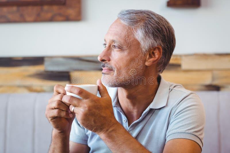 Download Homme S'asseyant En Café Ayant Le Café Image stock - Image du séance, élégant: 56487231