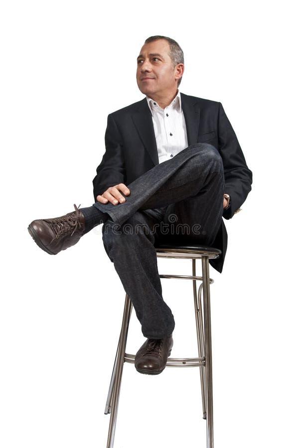 Homme s'asseyant sur la présidence de bar photo libre de droits