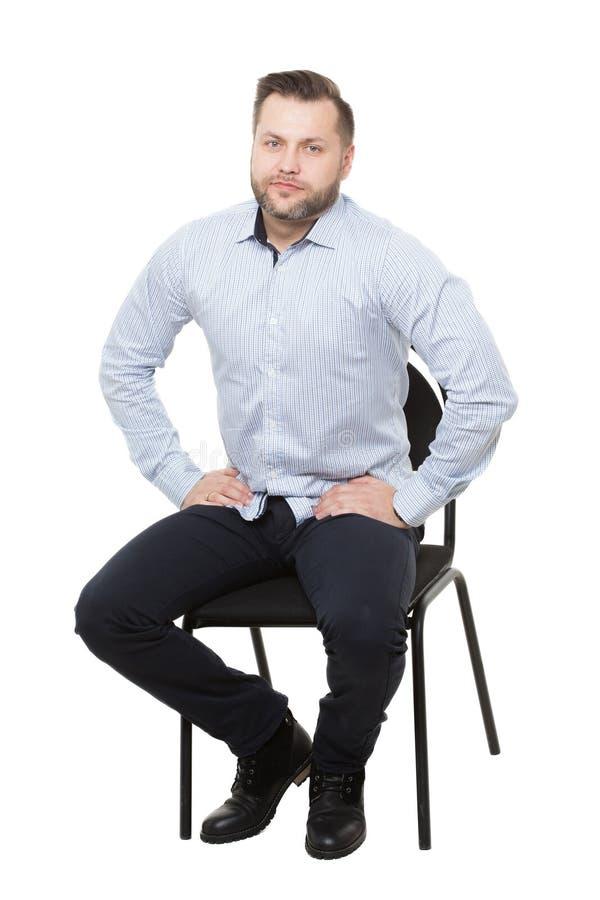 Homme s'asseyant sur la présidence Fond blanc d'isolement Langage du corps attentes et dispositif d'alerte photo libre de droits