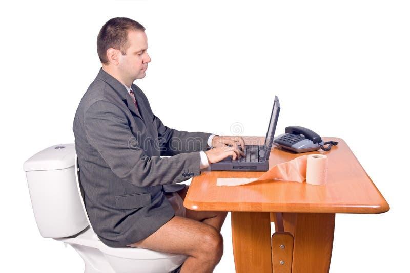 Homme s'asseyant sur la toilette image libre de droits