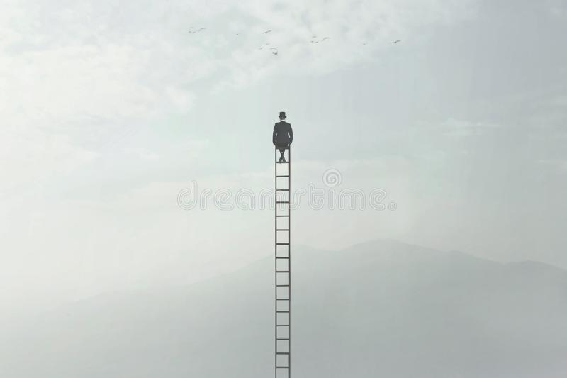 Homme s'asseyant sur une échelle très haute au milieu de la nature photographie stock