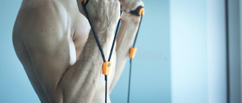 Download Homme S'exerçant Avec Des Bandes D'exercice Image stock - Image du sain, bande: 76081055
