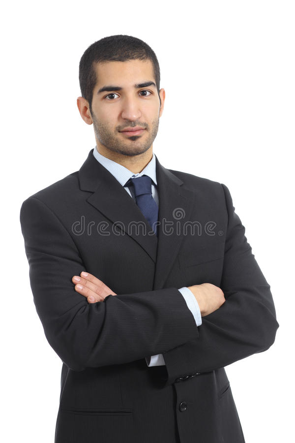 Homme sûr d'affaires arabes posant avec les bras pliés photographie stock