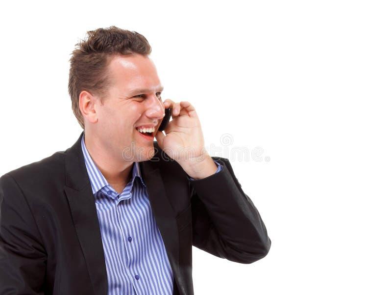 Homme sûr parlant de son mobile et sourire photographie stock libre de droits