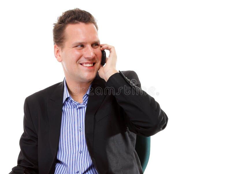 Homme sûr parlant de son mobile et sourire photo libre de droits