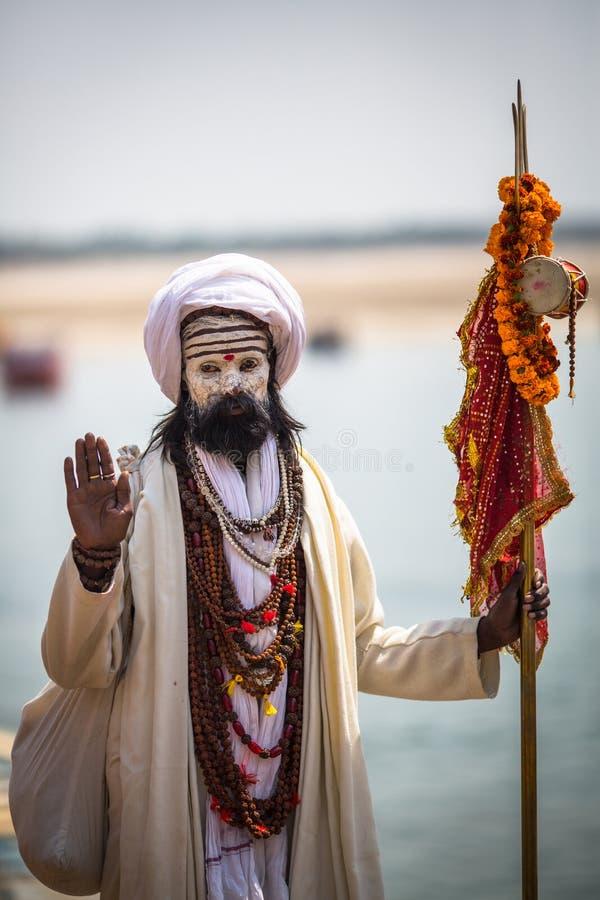Homme saint de Sadhu sur les ghats de la rivière de Ganga Varanasi est la plupart des sites importants de pèlerinage dans l'Inde photos stock