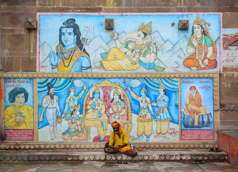 Homme saint s'asseyant sur le ghat à Varanasi, Inde images stock