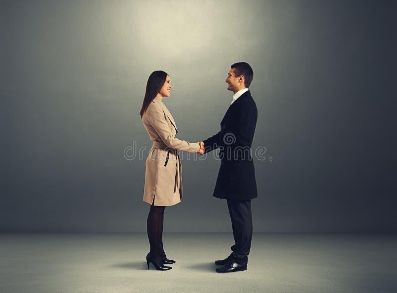 Homme saluant la jeune femme images stock