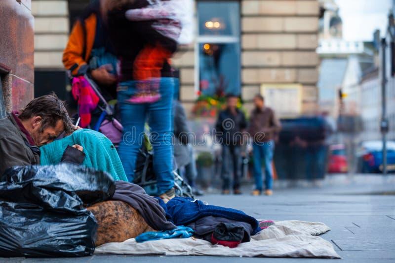 Homme sans abri dans la ville d'Edimbourg, Ecosse photo libre de droits