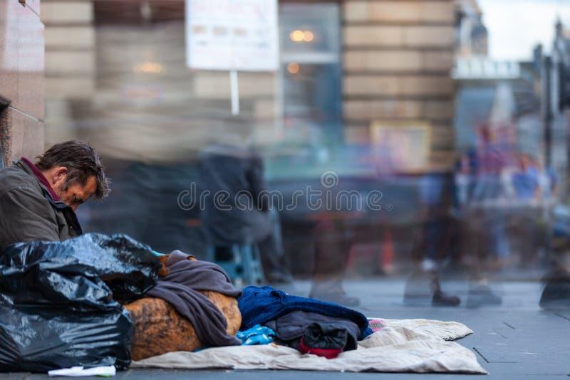 Homme sans abri dans la ville d'Edimbourg, Ecosse images libres de droits