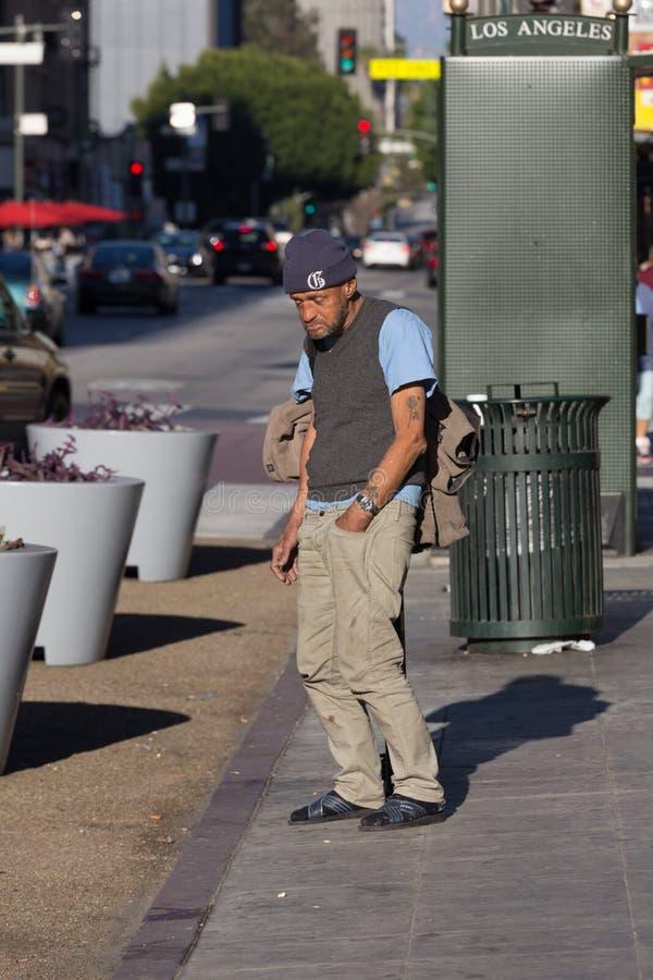 Homme sans abri restant sur un trottoir à Los Angeles photographie stock