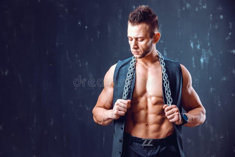 Homme sans chemise élégant dans le gilet photos libres de droits