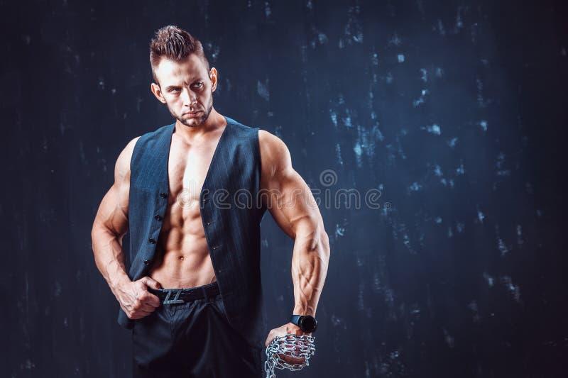 Homme sans chemise élégant dans le gilet images stock