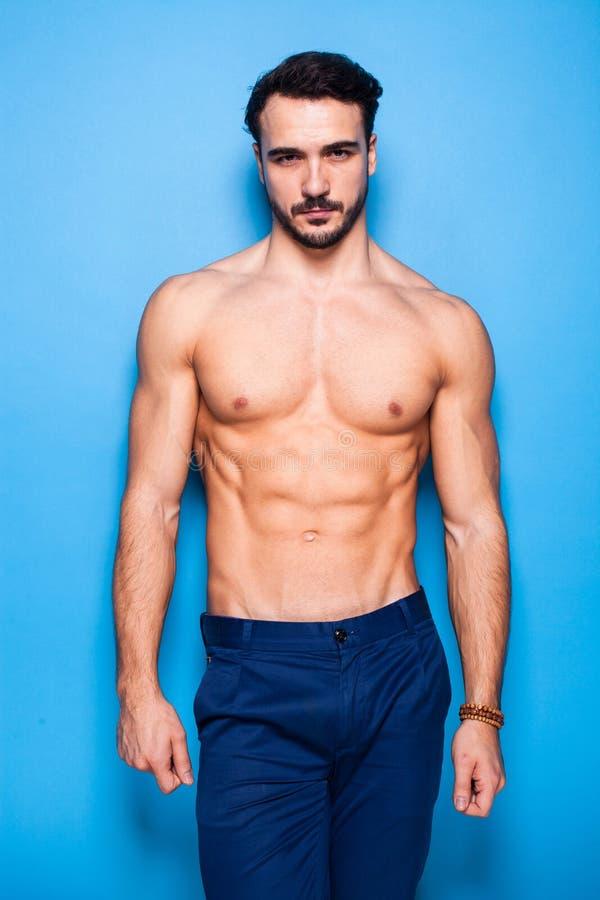 Homme sans chemise avec la barbe sur le bleu photographie stock libre de droits