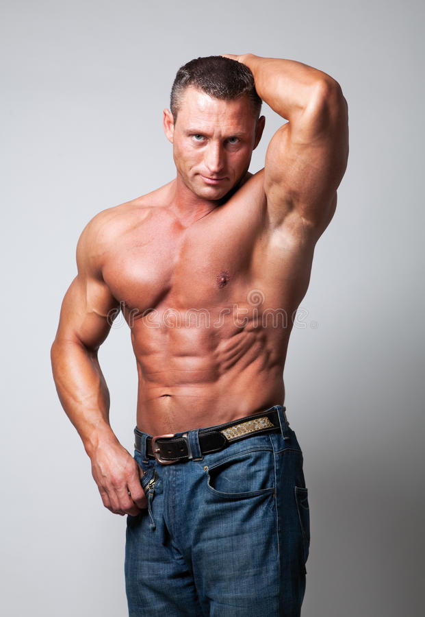 Homme sans chemise bel - fond gris images stock