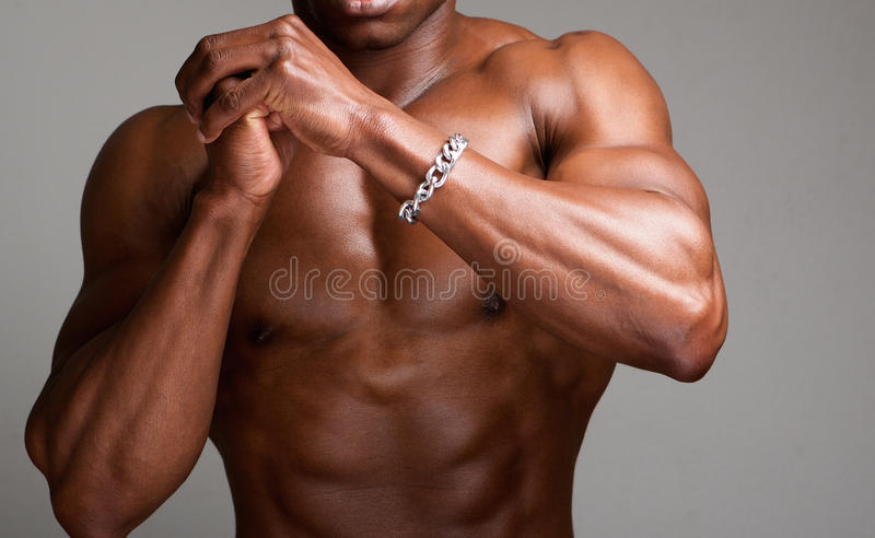 Homme sans chemise musculaire avec des mains étreintes photo libre de droits