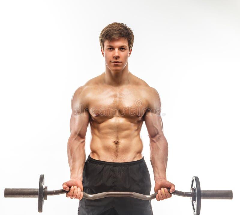 Homme sans chemise musculaire avec le barbell image stock