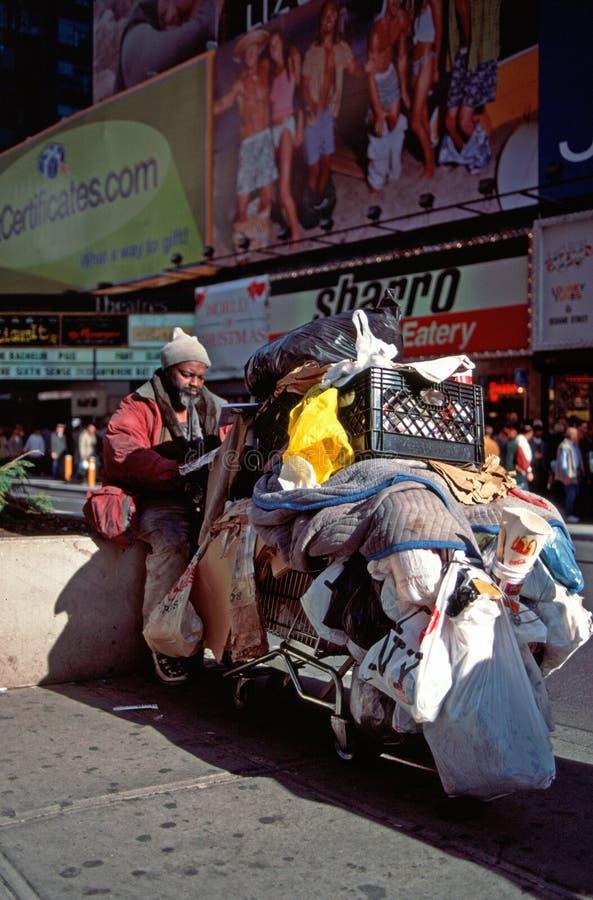 Homme sans foyer à New York image stock