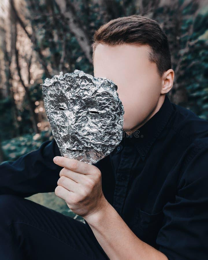 Homme sans visage avec un masque d'aluminium photos libres de droits