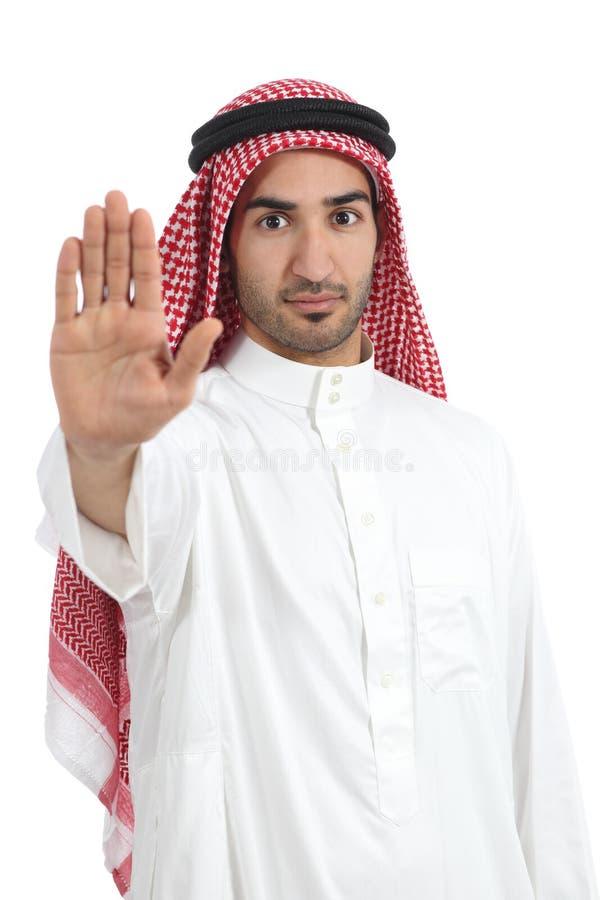 Homme saoudien arabe faisant des gestes l'arrêt avec sa main image libre de droits