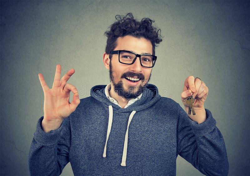 Homme satisfait avec des clés de nouvel appartement photos libres de droits