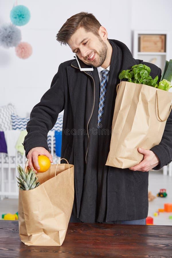 Homme satisfait avec des paniers image stock
