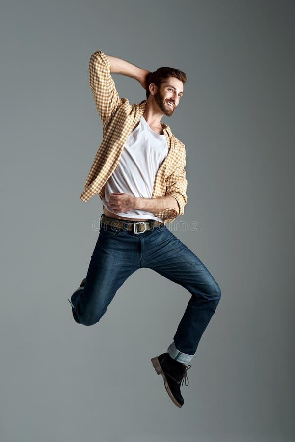 Homme sautant de hippie photographie stock