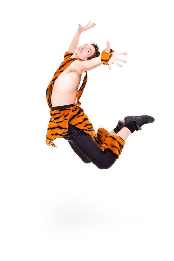 Homme sauvage sautant sur le fond blanc d'isolement photos libres de droits