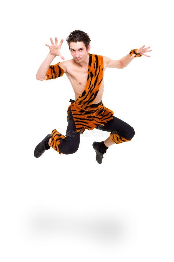 Homme sauvage s'usant brancher de peau de tigre photographie stock libre de droits