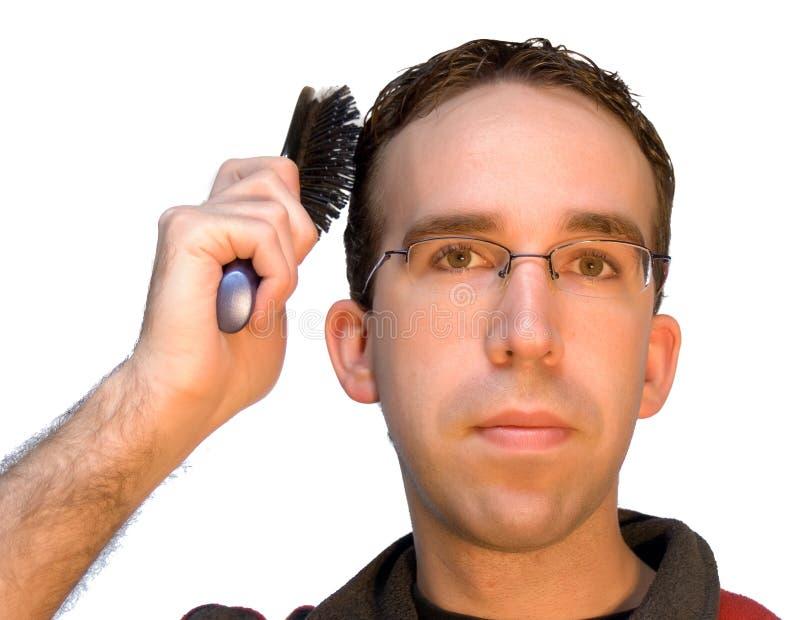 Homme se brossant le cheveu image libre de droits