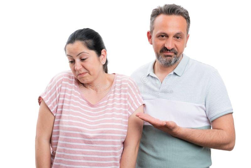 Homme se dirigeant à la femme avec l'expression désintéressée images stock