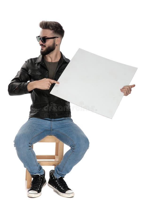 Homme se dirigeant pour masquer le panneau d'affichage tout en regardant loin images stock