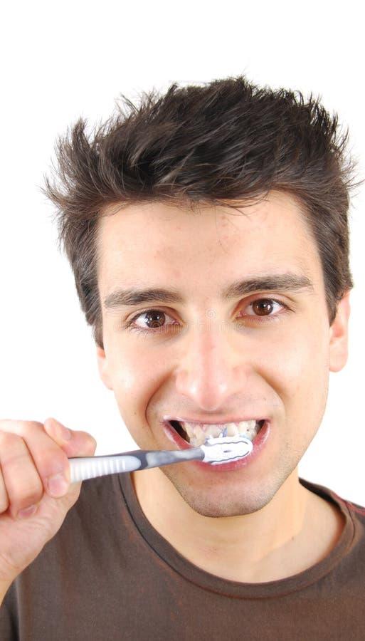 Homme se lavant les dents photos libres de droits