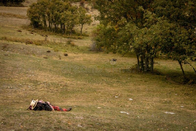 Homme se reposant dans les montagnes de Palencia images libres de droits