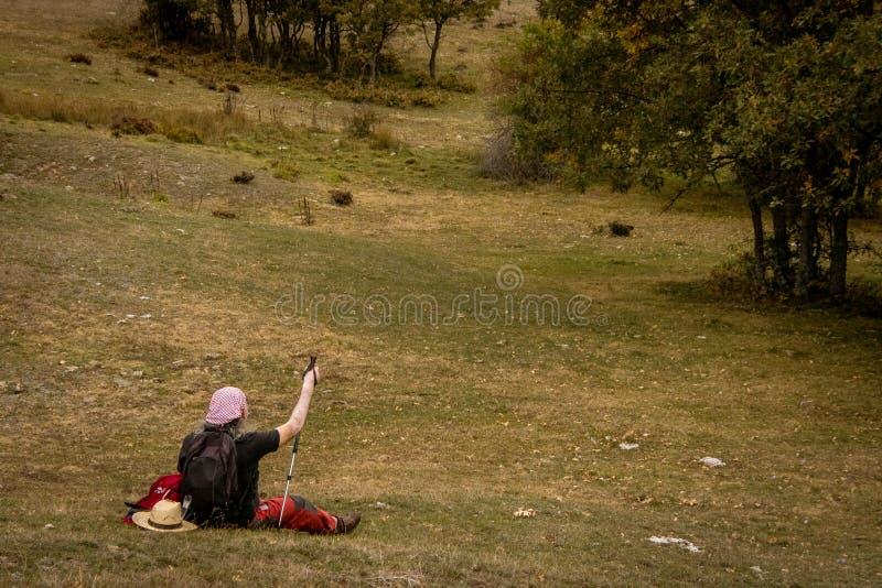 Homme se reposant dans les montagnes de Palencia image libre de droits