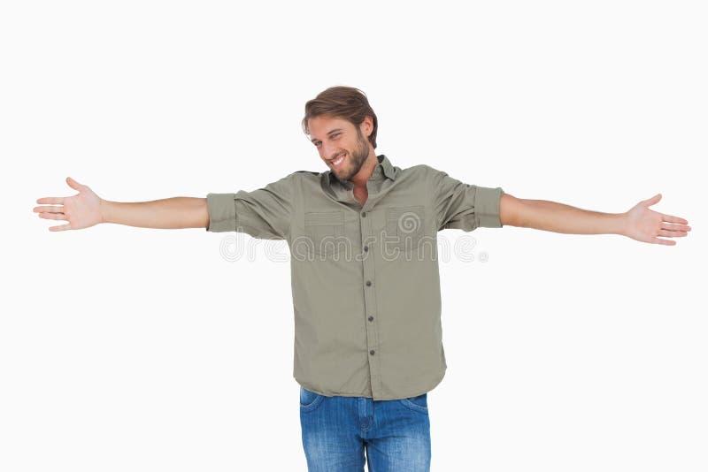 Homme se tenant avec des bras tendus photos libres de droits