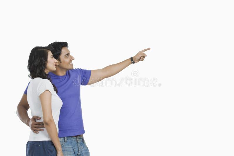 Homme se tenant avec son épouse images stock