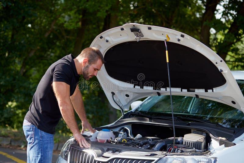 Homme se tenant dans la voiture avant images stock