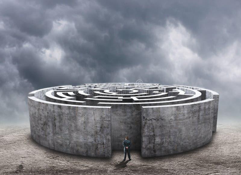 Homme se tenant devant le labyrinthe circulaire illustration libre de droits