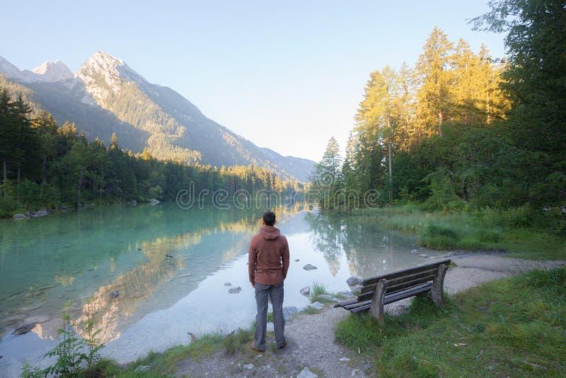Homme se tenant près du lac de montagne images libres de droits