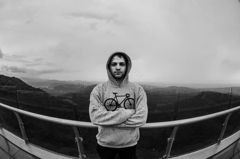 Homme se tenant sur une roche de montagne Concept de mode de vie, d'activités en plein air, de modes et d'émotions photo libre de droits