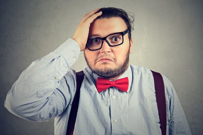 Homme semblant triste après échec images stock