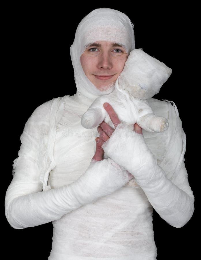 Homme sentimental dans le bandage avec l'ours de momie image stock